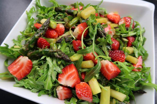 Spargel-Erdbeer Salat by Simon Teichmann