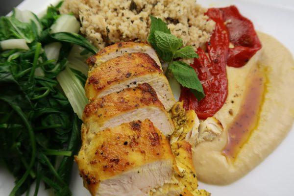 Kurkuma Hähnchen mit Couscous und Hummus