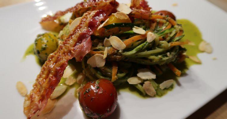Gemüsespaghetti mit Pesto und Pancetta