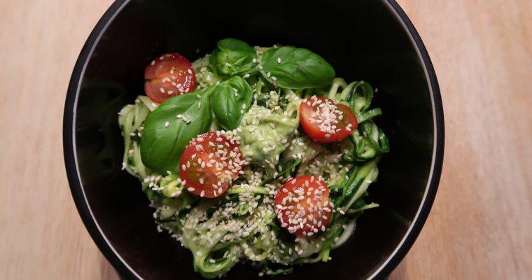 Avocado Pesto mit Zucchini-Nudeln (Zoodles)